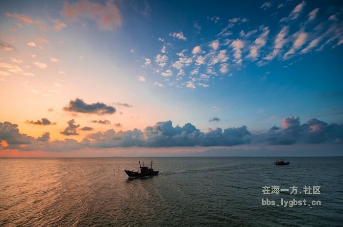 """车游八大关,是最能体现青岛""""红瓦绿树,蓝天碧海""""特色风景区."""